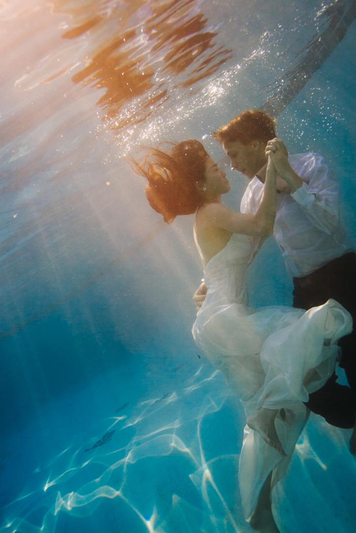 une séance photo originale sous l'eau après le mariage, photo de couple insolite