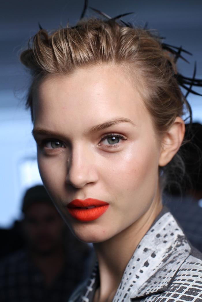 un maquillage mariage original et audacieux qui opte pour une bouche pop couleur rouge orangé