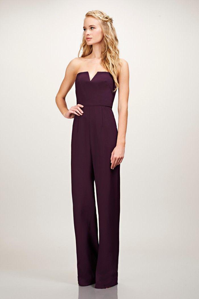 silhouette élégante en combinaison pantalon couleur aubergine, idée pour une tenue de mariage flatteuse