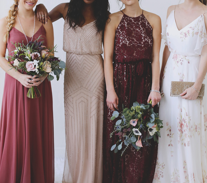 des modèles de robes de filles d'honneur uniques aux nuances de rose et de rouge cerise