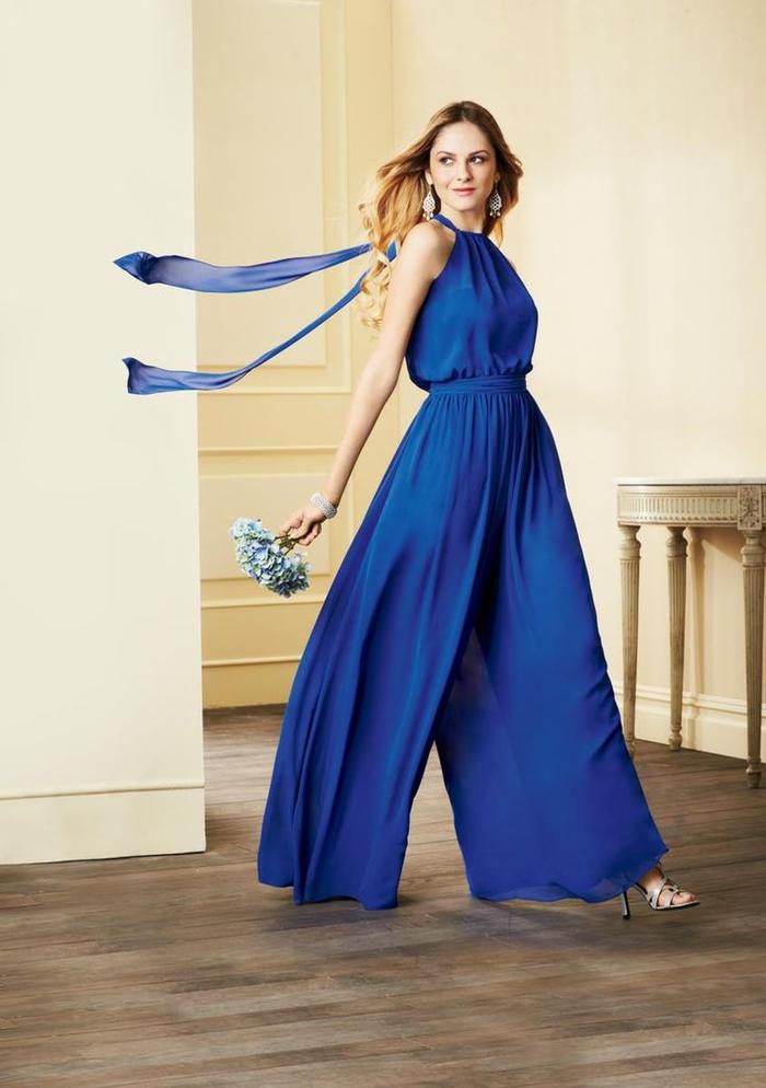 une combinaison pantalon bleu saphir pour un look de dame d honneur élégant et féminin