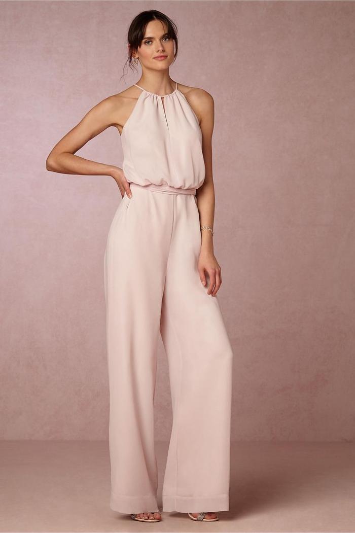 une combinaison pantalon rose pâle à col tour de cou pour un look de dame d honneur élégant et féminin