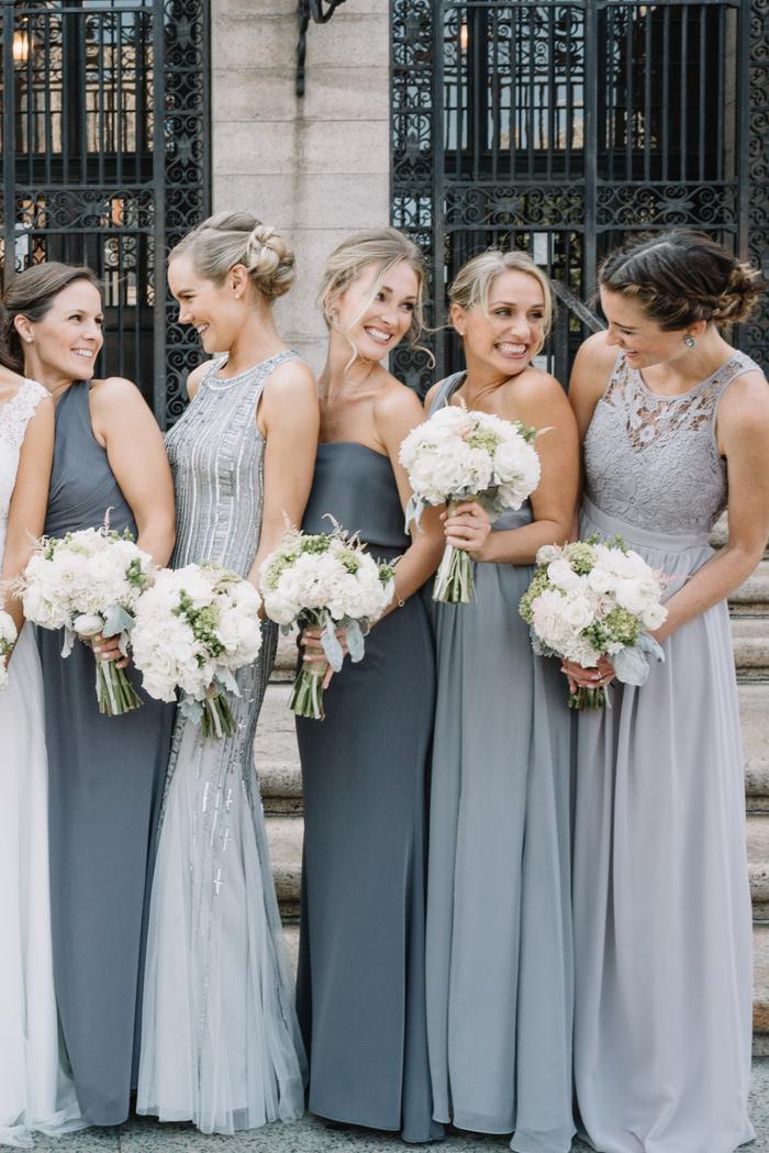des maxi robes fluides aux nuances de gris pour un cortège nuptial élégant
