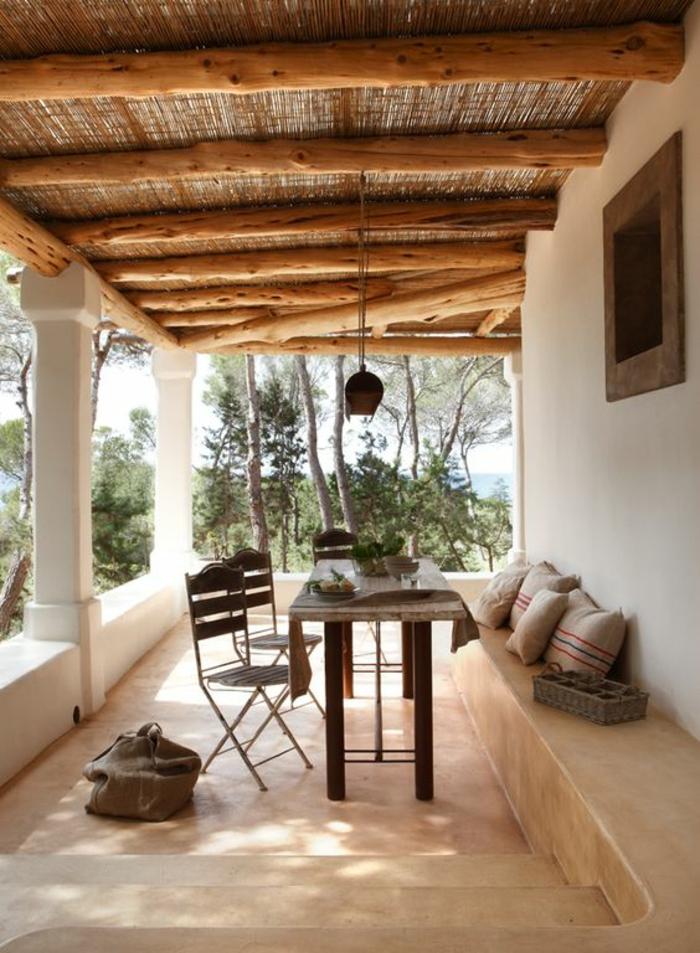 modele de terrasse couverte avec des poutres en bois clair avec des colonnes blanches