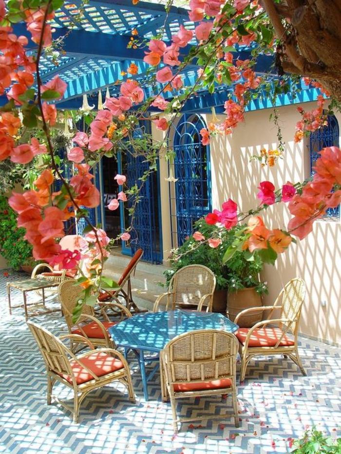 terrasse fermee pergola couverte en bleu aux fleurs paradisiaques