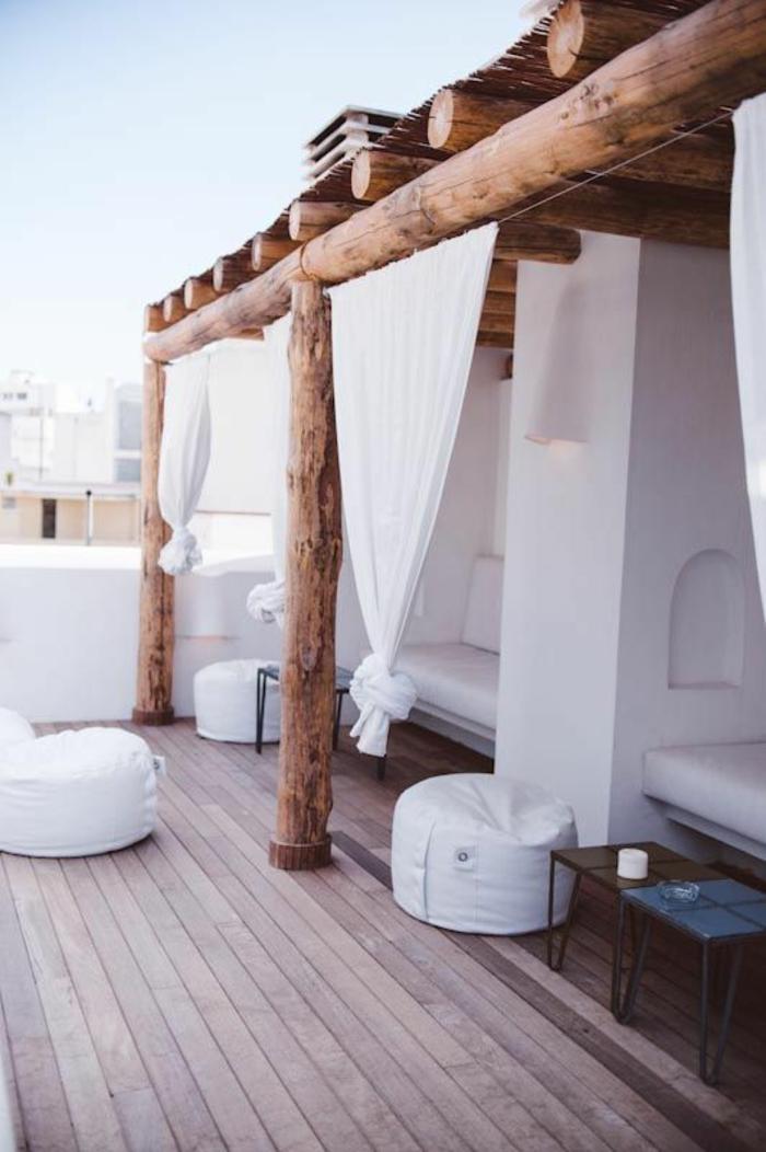terrasse couverte bois avec des poutres en bois rude avec des niches blanches