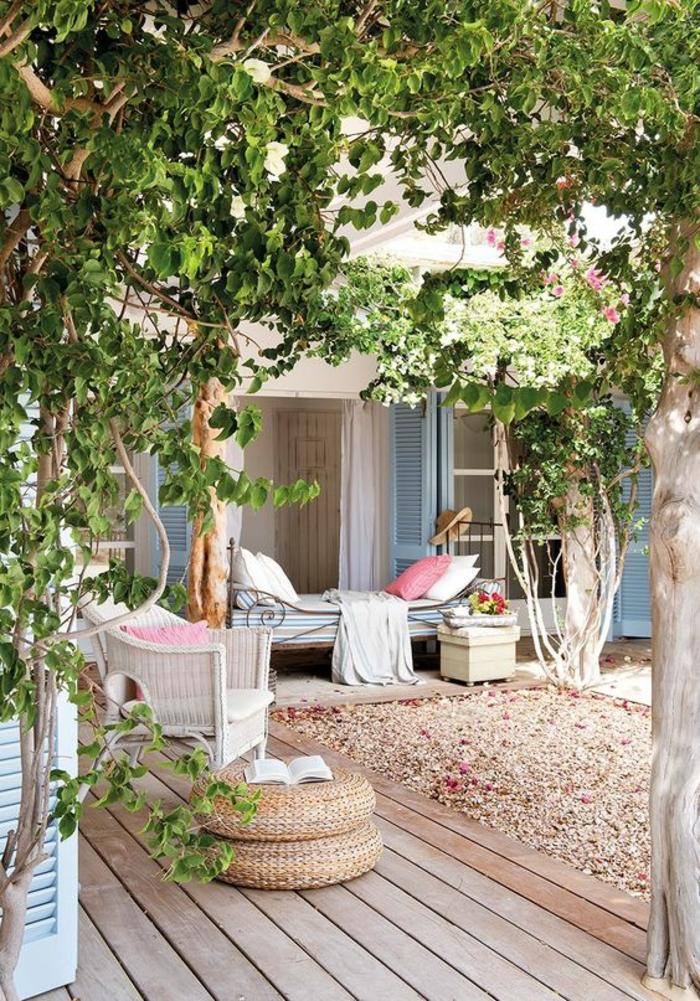 terrasse fermee petit coin avec revetement du sol en bois clair et des volets maison bleu pastel