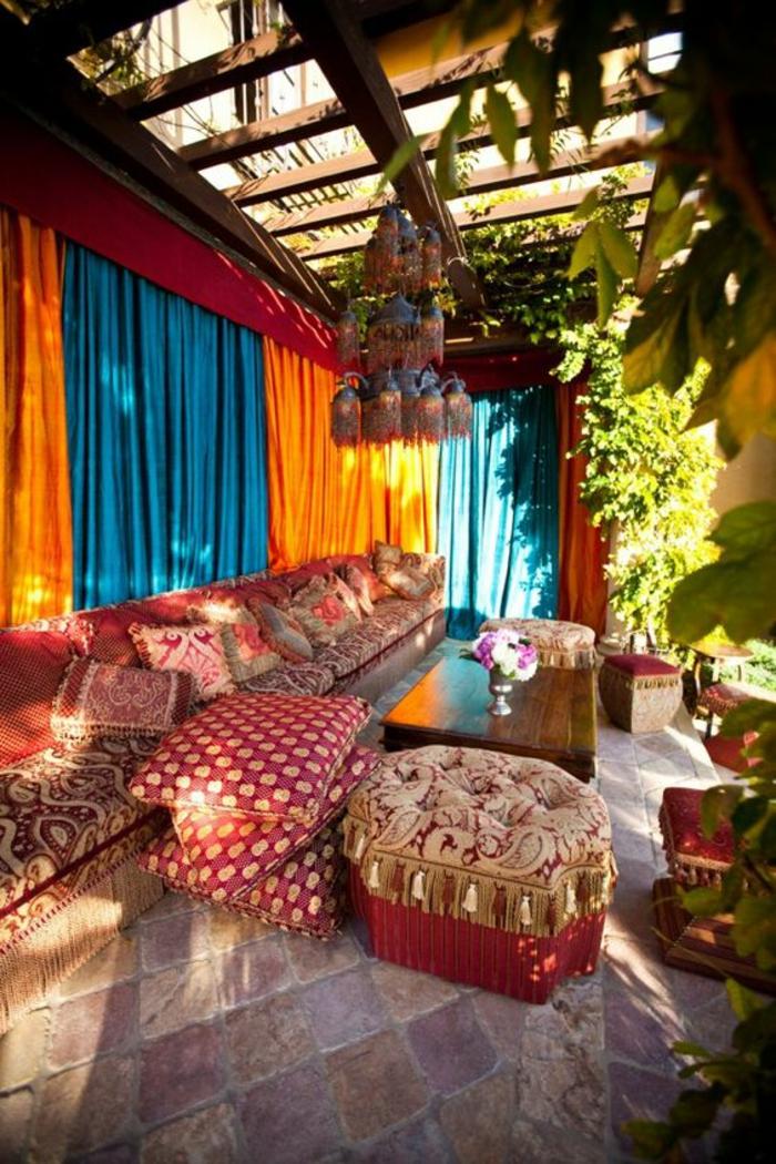 terrasses couvertes avec des poufs marocains style et ambiance orientales