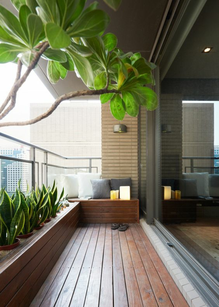 terrasse fermée avec des revetements en bois et des pots insérés