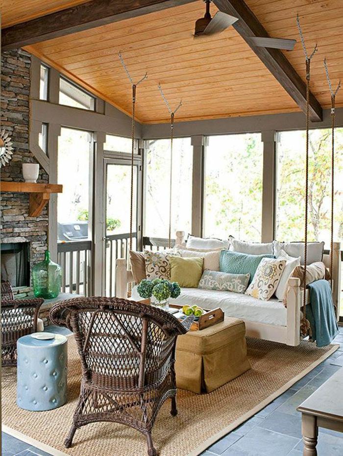 terrasse couverte avec plafond en PVC et métal gris avec canapé suspendu avec des cordes