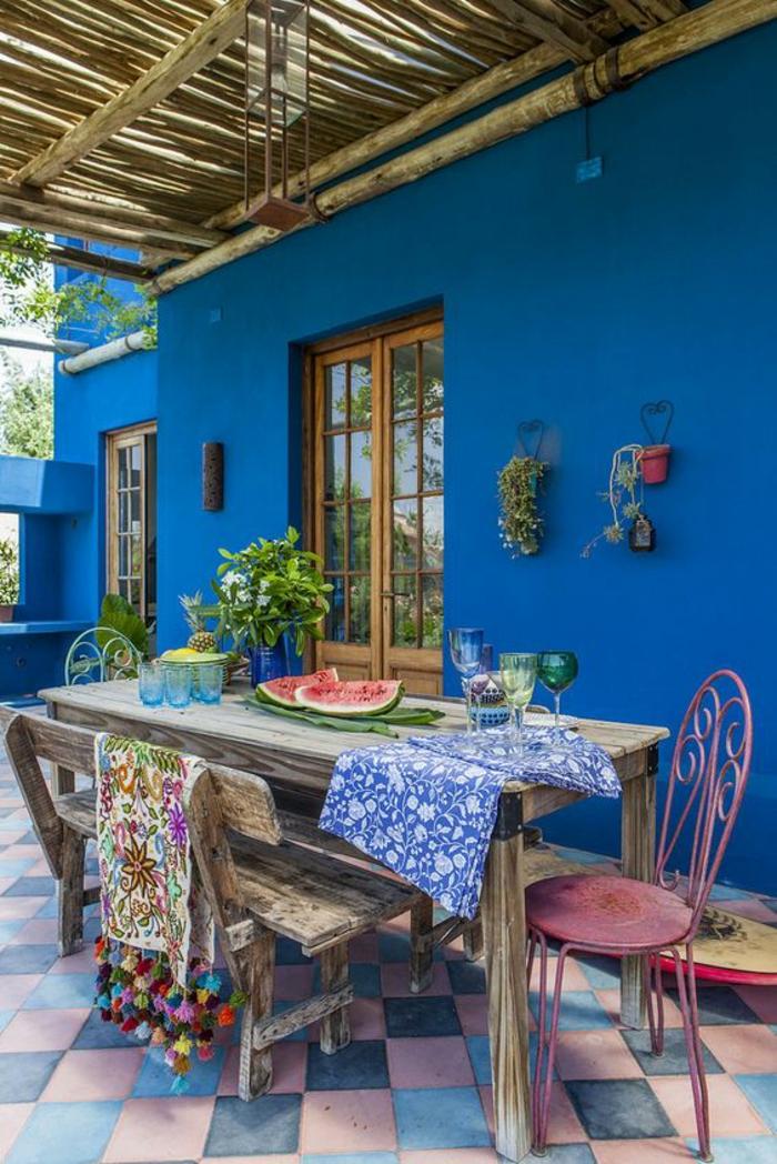 terrasses couvertes en bleu avec le carrelage au motif jeu d échec en bleu et rose pastels