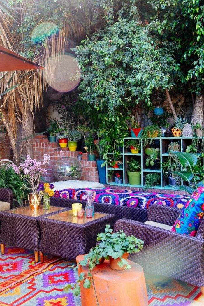 modele de terrasse couverte avec des meubles en rotin ambiance hyppie