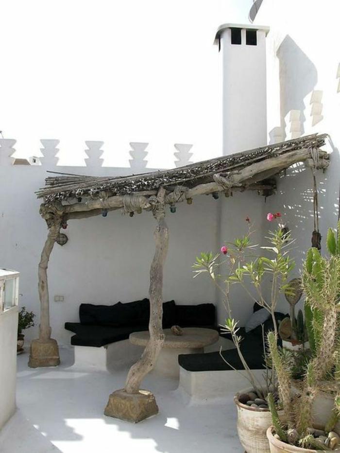 terrasse fermee avec des poutres et des colonnes en bois coin décontracté