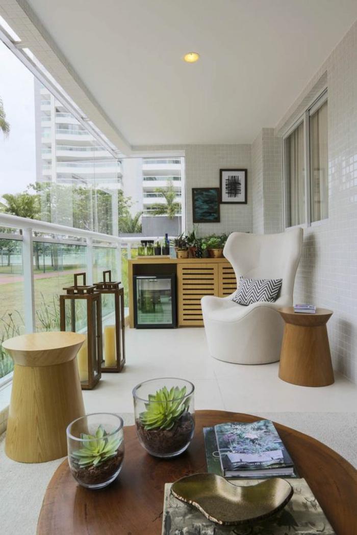 terasse couverte fermee avec des meubles fauteuil blanc et des tabourets imitation bois