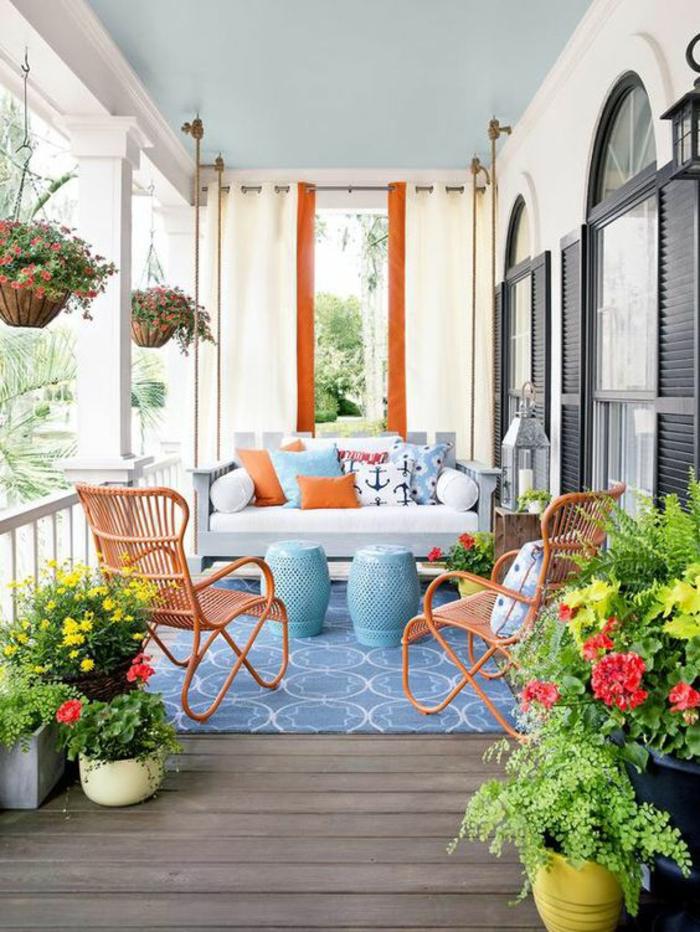 terrasse fermee avec tapis bleu ciel pastel aux motifs graphiques blancs