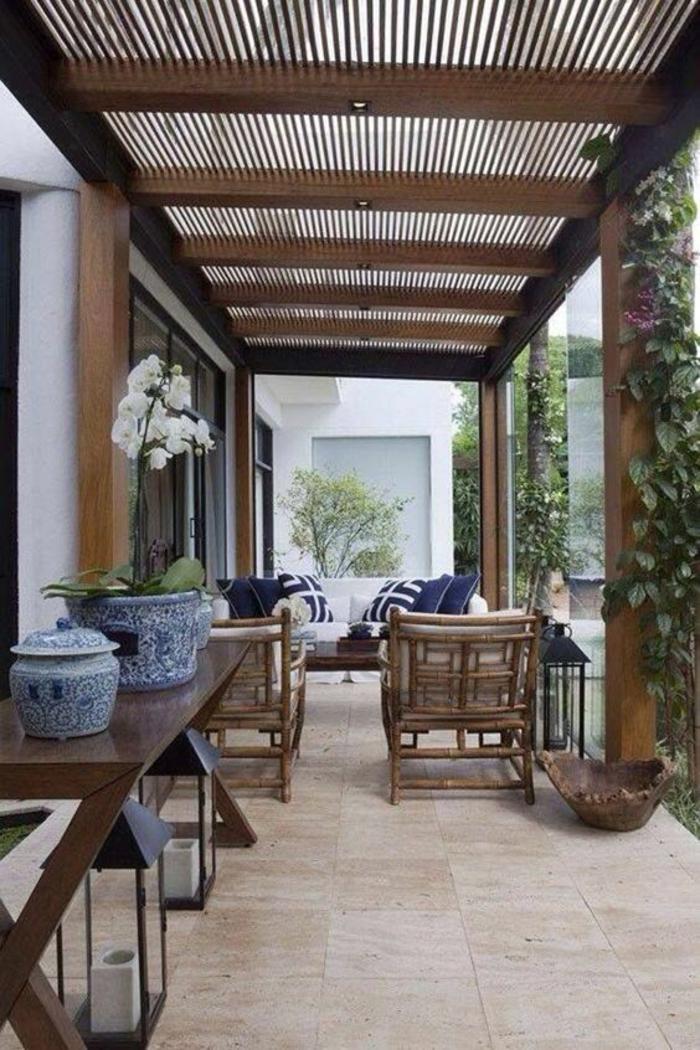 terrasse fermee ameublement avec des vases chinoises et toit qui laisse pénétrer la lumière