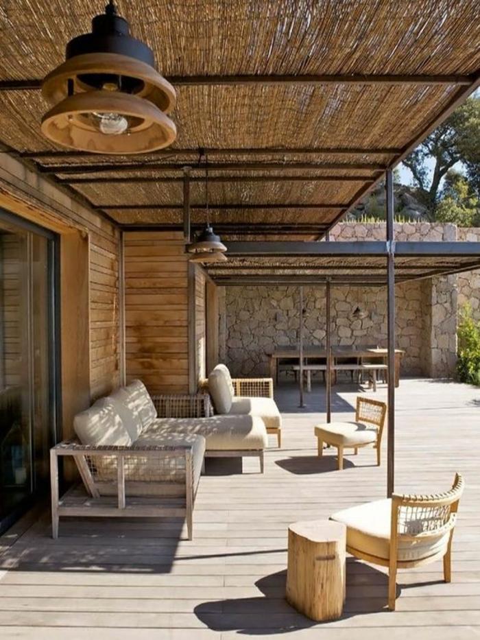 terrasse couverte avec des meubles de jardin en bois clair