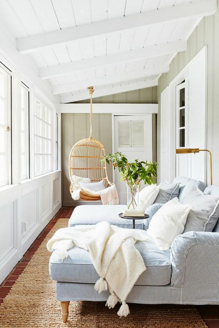terrasse couverte avec un toit en pente incliné en blanc