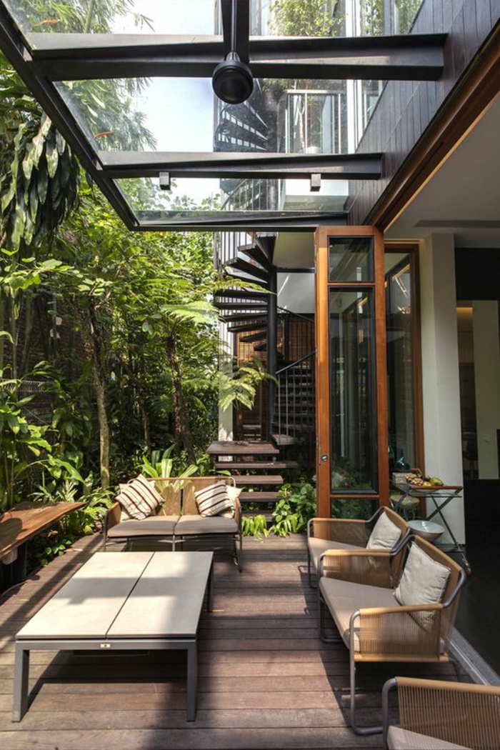 terrasse couverte abritéé avec un toit semi-transparent en verre blanc trempé