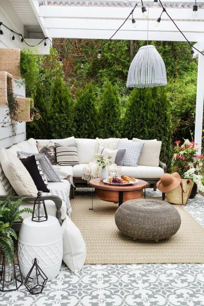 terrasse fermee avec ambiance cool et zen meubles en blanc et guirlande d'ampoules