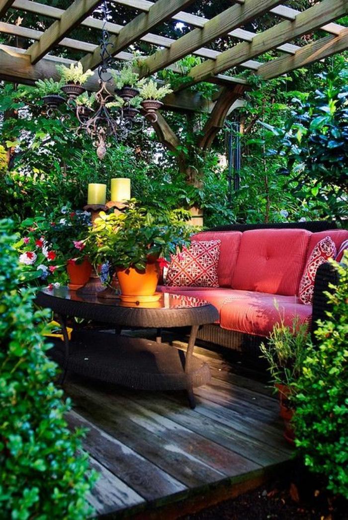 terrasse couverte style bohémien avec canapé au matelas et aux coussins couleur fuchsia