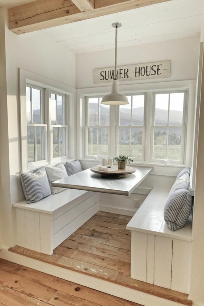 terrasse couverte avec l'inscription Summer house et des bancs blancs avec des coussins gris taille grande
