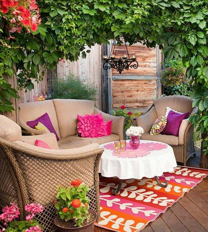 terrasse couverte bois avec des meubles classiques en couleur beige couverture de plantes vertes
