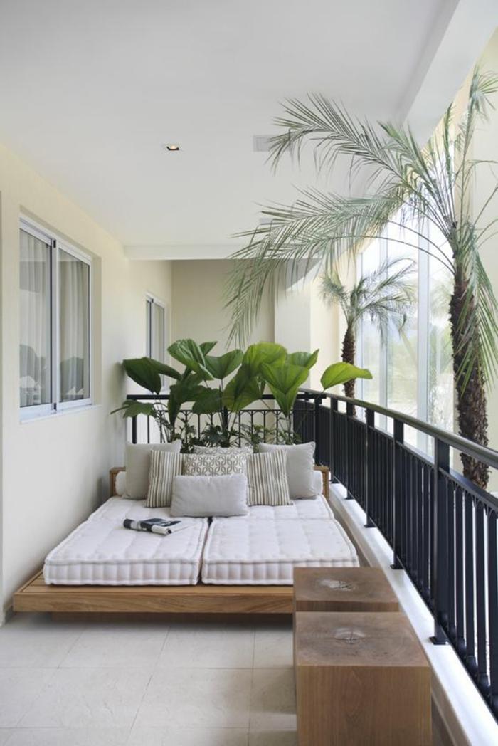 terasse couverte avec quelques palmes et des meubles en bois clair