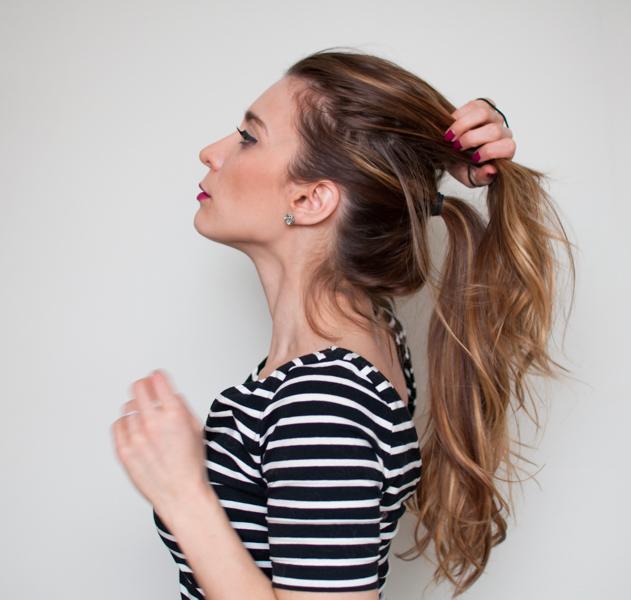 attacher la section haute à l'aide d'un élastique, idée de coiffure facile pour créer l'impression de volume, double queue de cheval