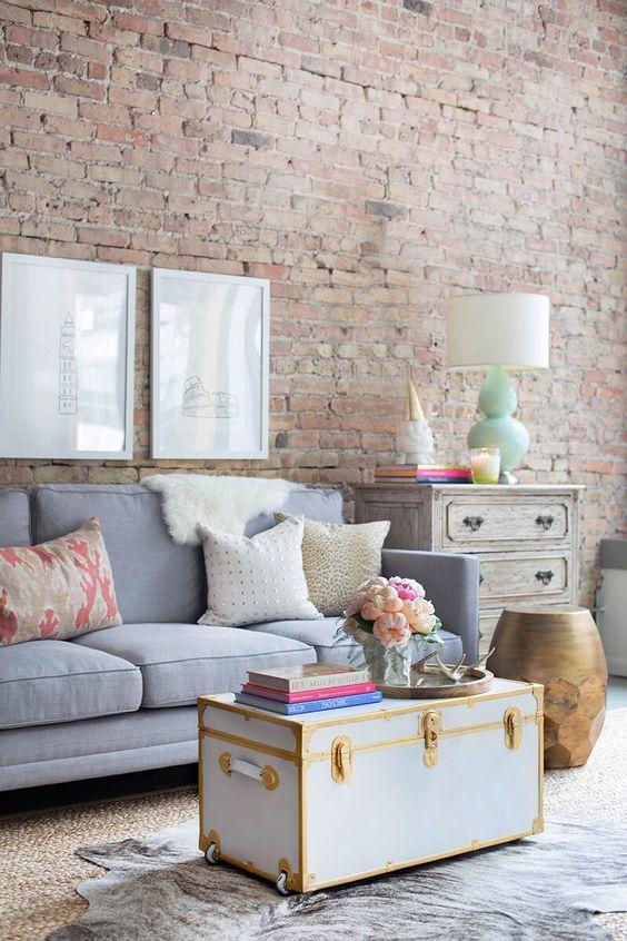 idée amenagement salon shabby chic industriel, table en coffre vintage, mur rn briques, canapé gris, meuble de rangement patiné