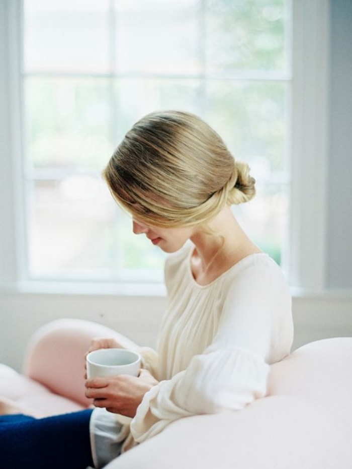 idée de petit chignon bas facile a faire soi meme, idée de coiffure simple et élégant à réaliser sur des cheveux lisses