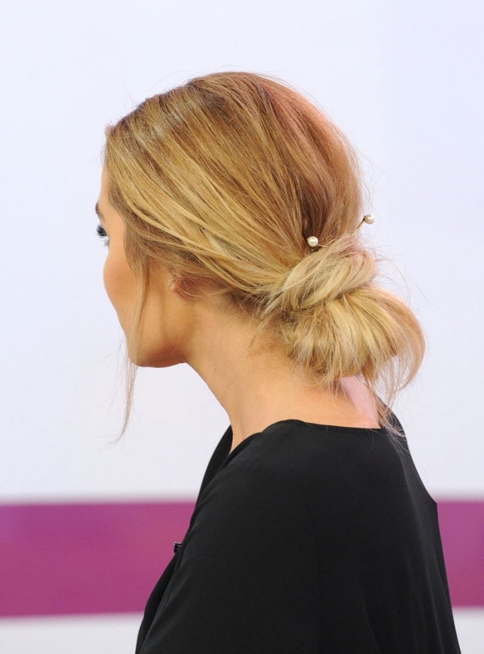 chignon facile bas sur des cheveux longs blond, pinces à cheveux élégants, idée de coiffure effet décoiffé féminine