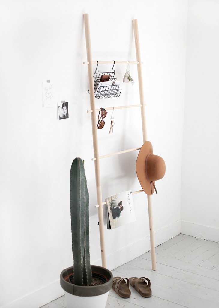 idée astuce rangement, échelle en bois style scandinave à fabriquer soi meme, rangement magazines accessoires, point focal chambre nordique