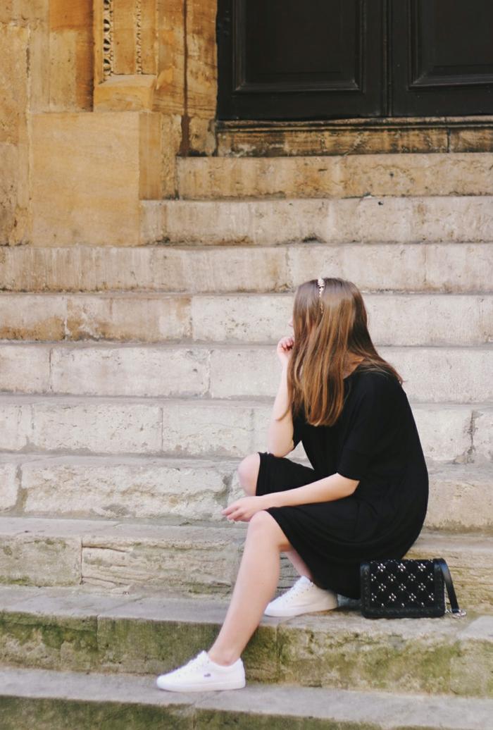 Magnifique idée comment s habiller robe classe bien s habiller femme robe noire baskets blanc