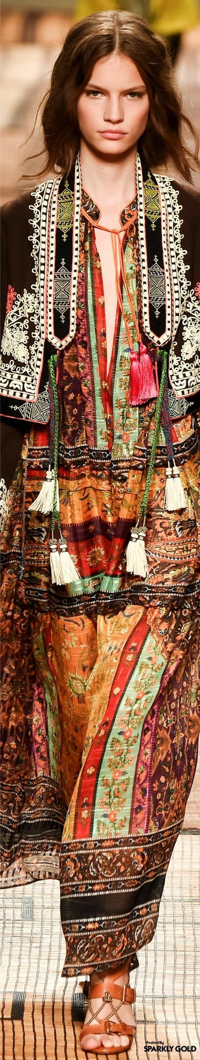 vêtements ethniques, longue robe multicolore, robe style boho chic, cheveux longs