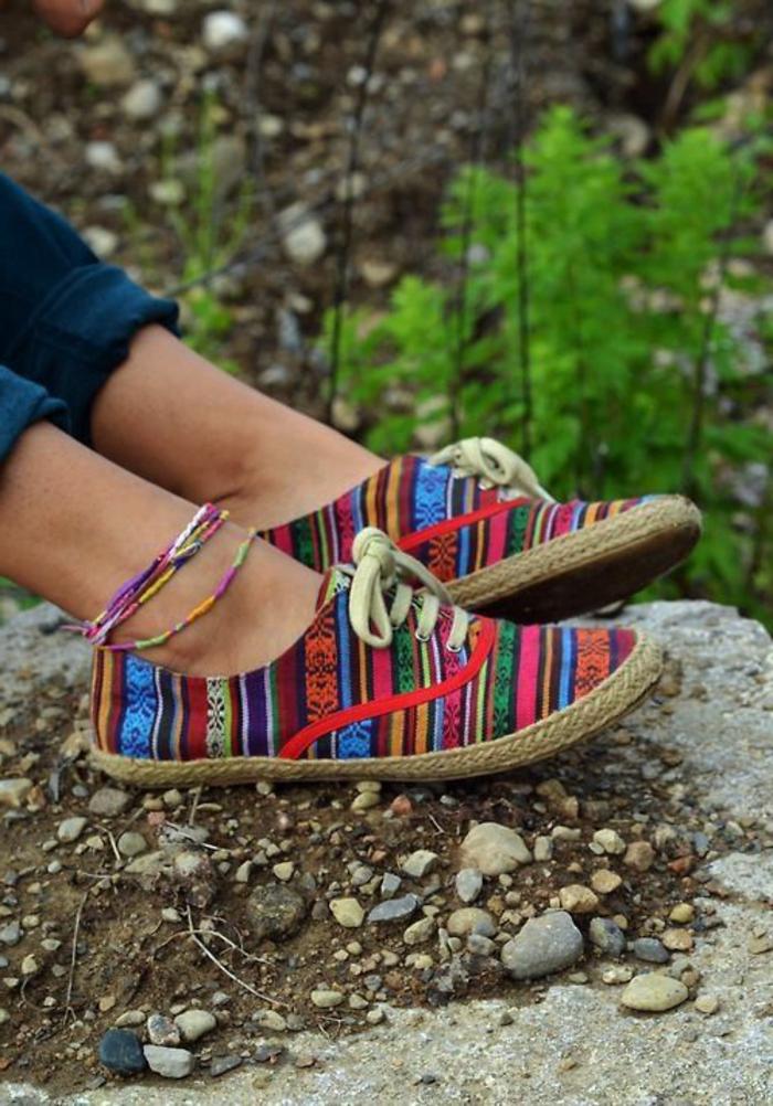 vêtements ethniques, jeans bleus, bracelets de pied, seakers multicolores