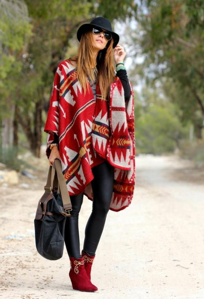 vêtements femme originaux, manteau cape prints aztèques en gris et rougen chapeau noir