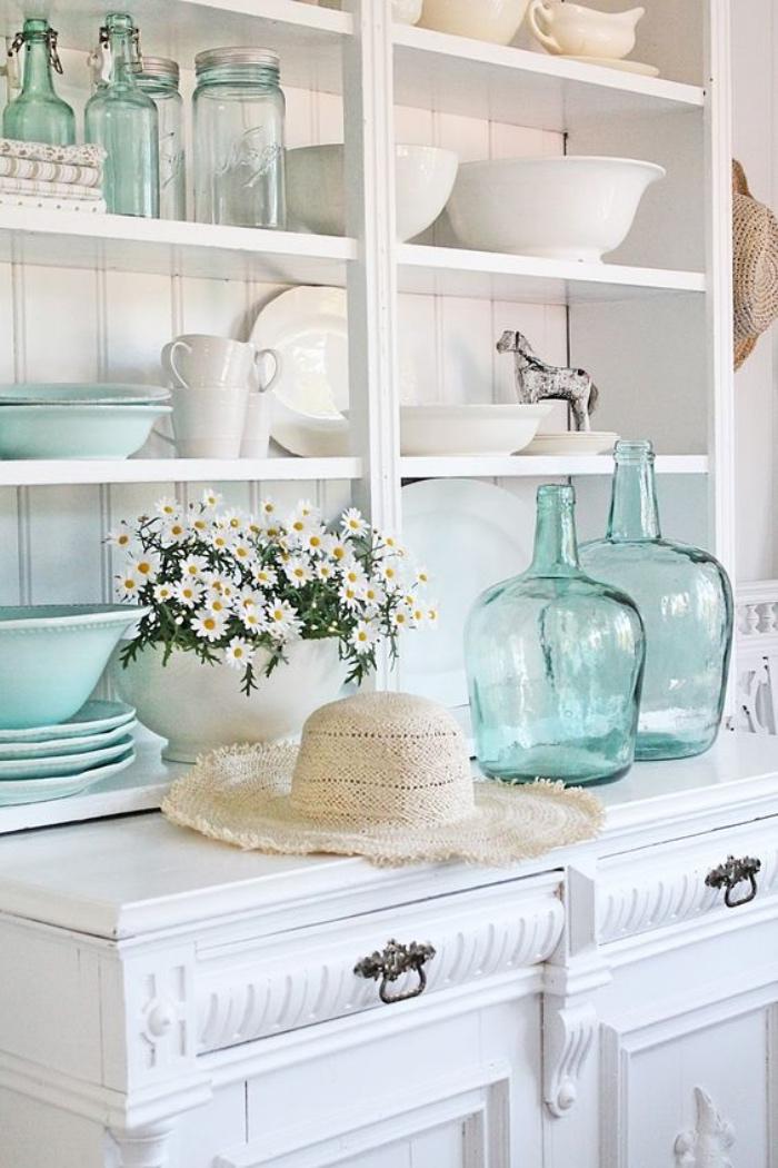 vaisselier blanc, rangement vaisselle blanche et vert d eau, idée amenagement cuisine style champêtre chic, deco de fleurs