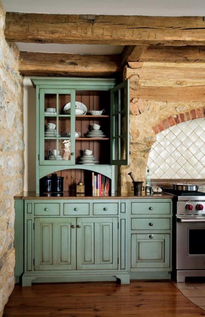 idée de cuisine rustique en bois et pierre, meuble cuisine couleur vert d eau, parquet marron, idée déco campagne chic