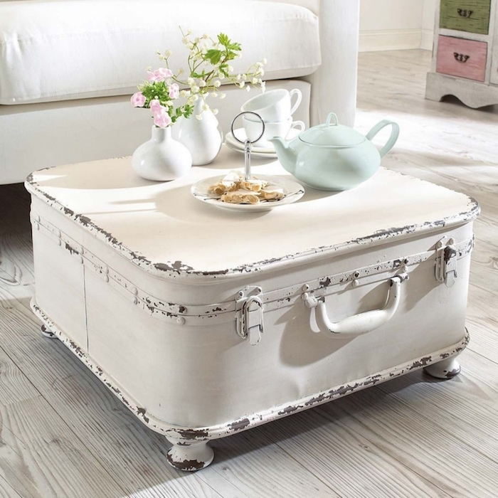 décoration shabby chic vintage, une table basse fabriquée à partir une malle blanchie et patinée, canapé blanc, parquet clair, fleurs douces