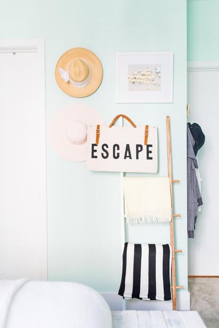 décor vert mint dans une chambre a coucher design, décoration échelle, serviettes de toilette, chapeaux d été, linge de lit blanc