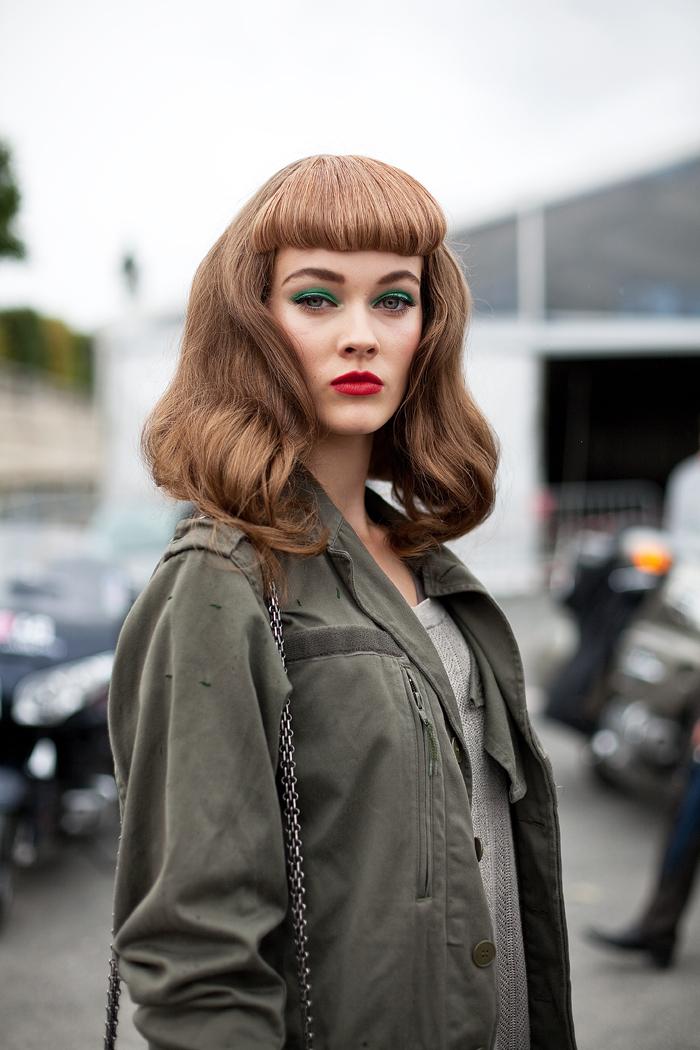 une coiffure vintage de style pin up avec fausse frange style bettie page, cheveux châtain clair