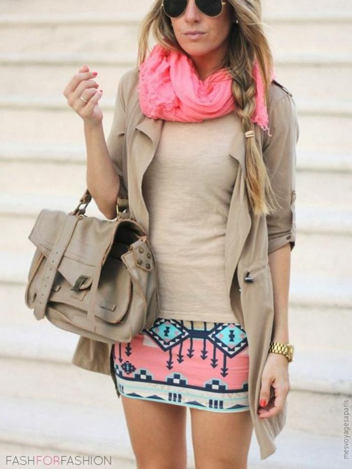vetement ethnique, foulard rose, sac et manteau couleur taupe clair, jupe à motifs aztèques