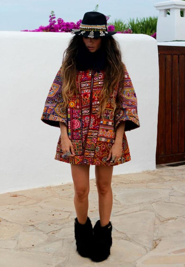 vetement ethnique, robe ethnique chic, chapeau feutre avec décoration ethnique