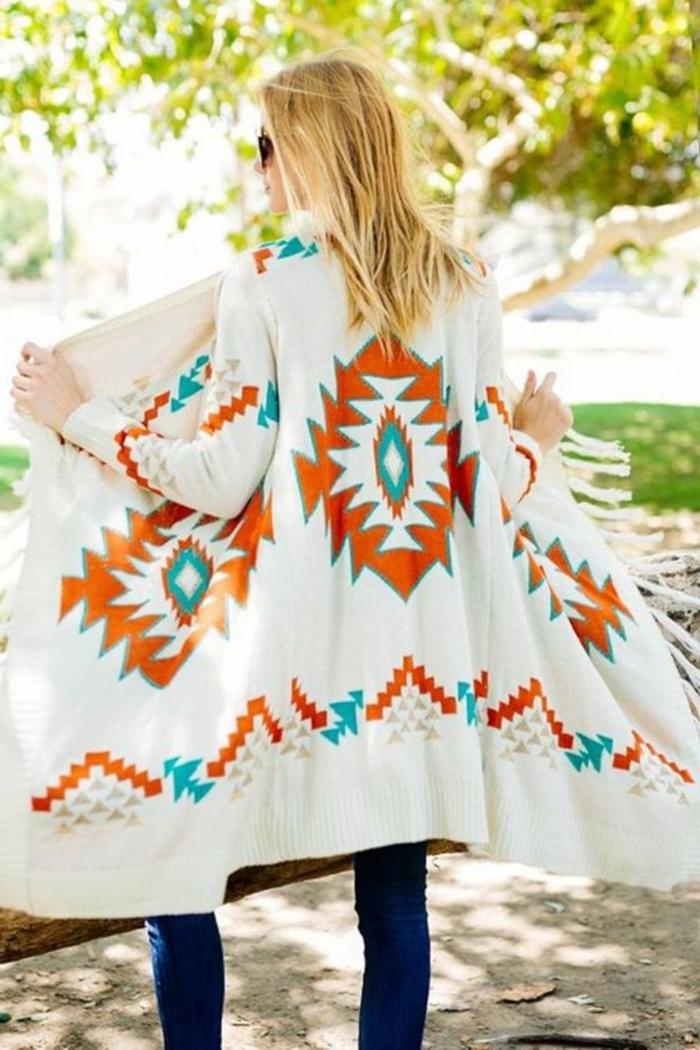 vetements ethniques, long manteau blanc aux imprimés ethniques chic couleur bleu et orange