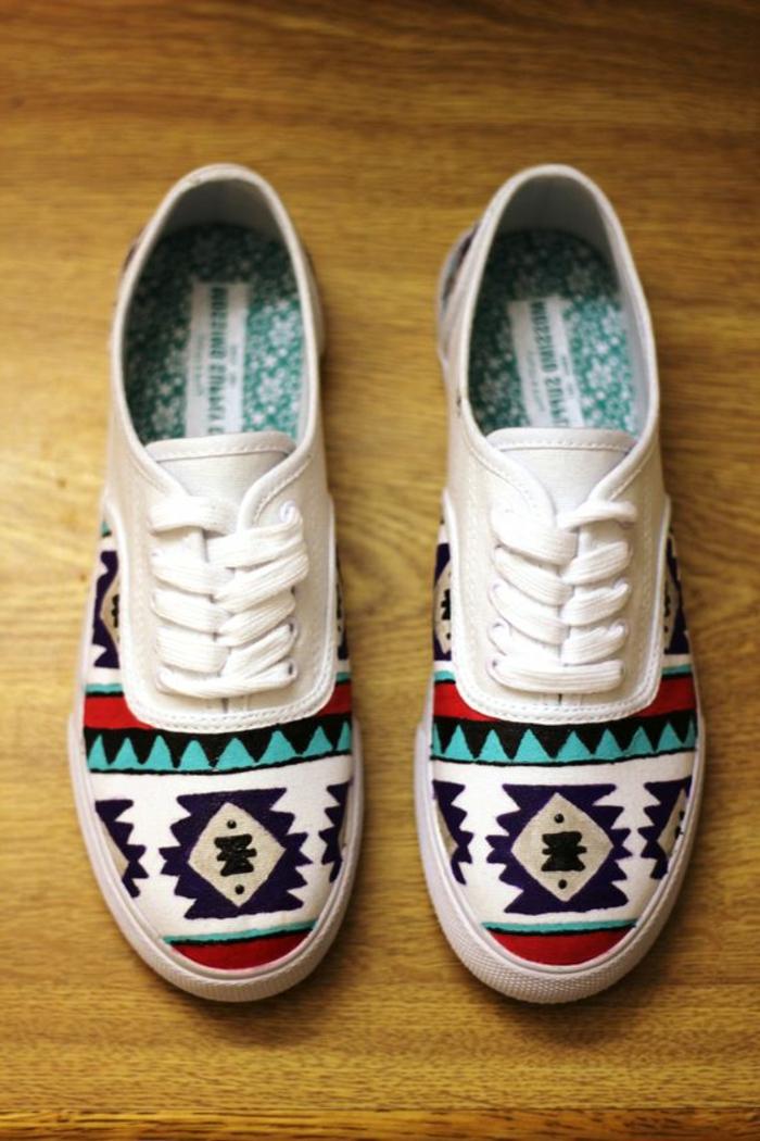 vetements ethniques, sneakers blancs motifs aztèques, chaussures de sport