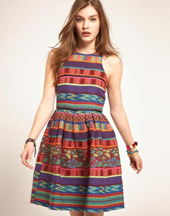vetements ethniques, robe chic aux motifs aztèques, plusieurs couleurs, cheveux marrons