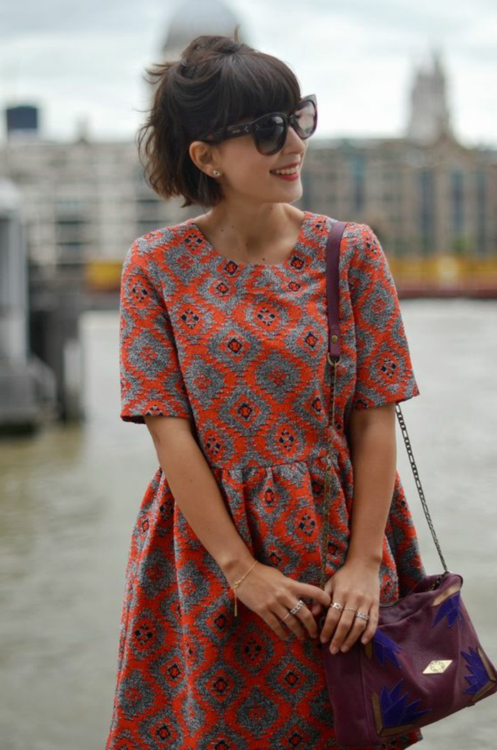 vetements ethniques, robe évasée aux imprimés ethniques, carré court, lunettes de soleil