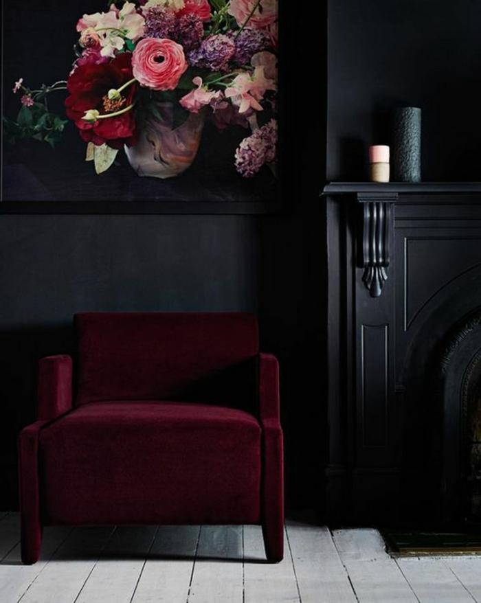 fauteuil violet aubergine, peintiure murale noire, cheminée murale, tableau art