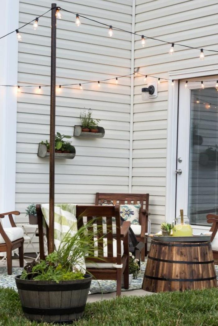 aménager son jardin avec des vieilles bottes en bois marron guirlande aux ampoules